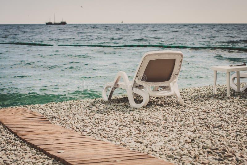 Salón blanco de la calesa en una playa de guijarros imágenes de archivo libres de regalías