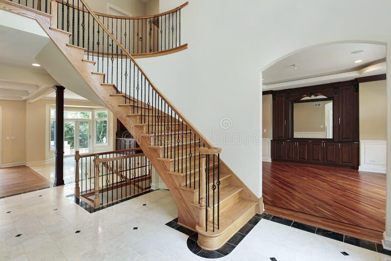 Salón con la escalera curvada fotos de archivo