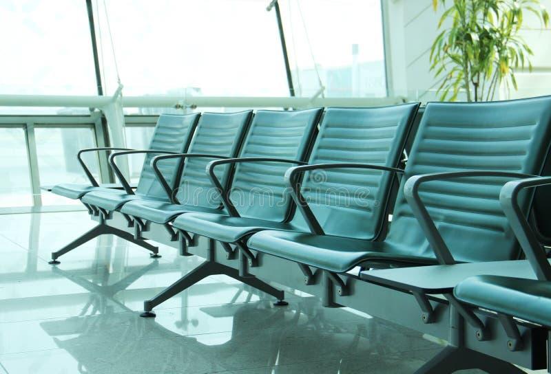 Salón contemporáneo con los asientos en el aeropuerto fotografía de archivo