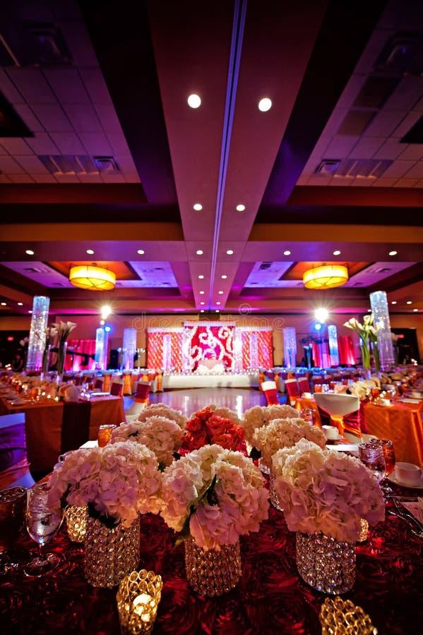 Salón de baile adornado para la boda india imagen de archivo