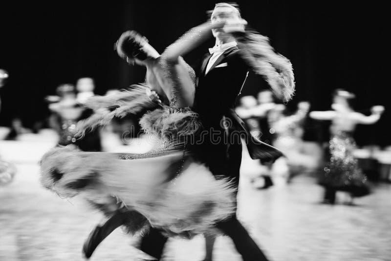 salón de baile de los bailarines de los pares imagen de archivo libre de regalías