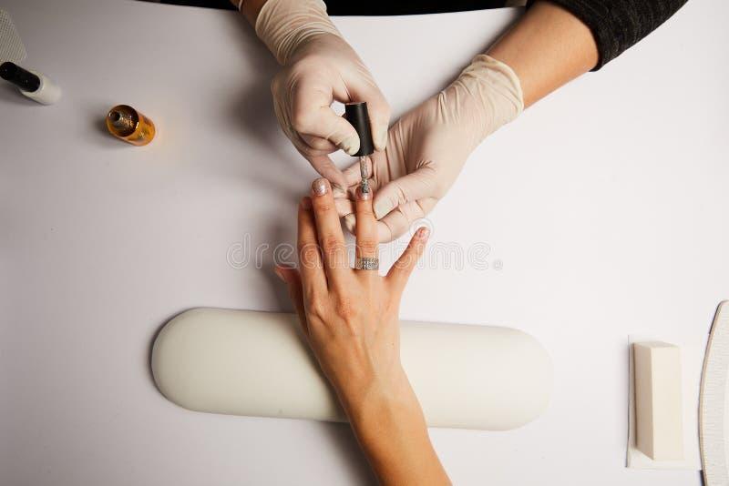 Salón de belleza, primer de proceso de la manicura fotos de archivo