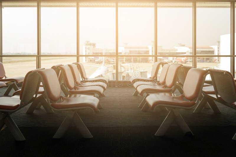 Salón de la salida con las sillas vacías en el terminal del aeropuerto imagenes de archivo