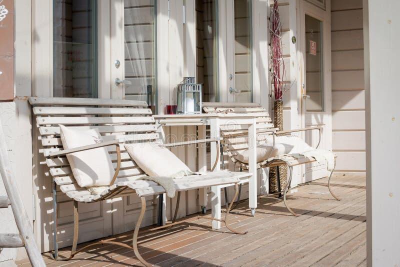 Salón de la terraza con los divanes cómodos en una casa de lujo Muebles del jardín en el patio Diseño moderno de la arquitectura fotografía de archivo