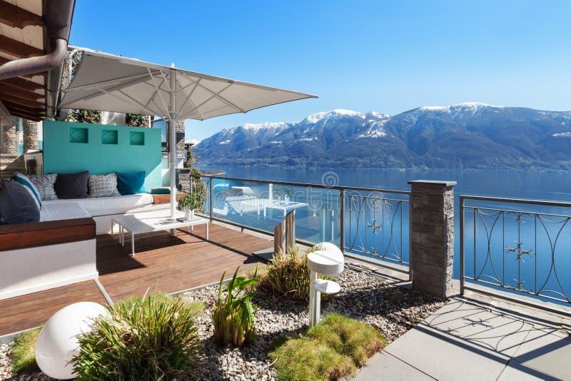 Salón de la terraza en una casa de lujo imagen de archivo libre de regalías