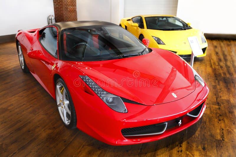 Salón de muestras Ferrari del coche de deportes foto de archivo
