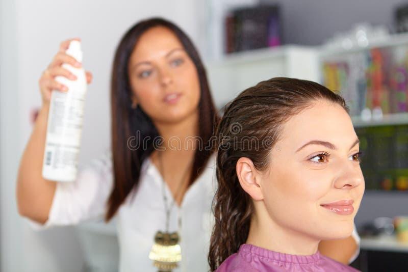Salón de pelo Corte de pelo de la mujer spraying fotos de archivo libres de regalías