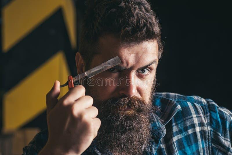 Salón de pelo y vintage del peluquero Peluquería de caballeros Cera del bigote Hombre barbudo con el bigote largo fotos de archivo
