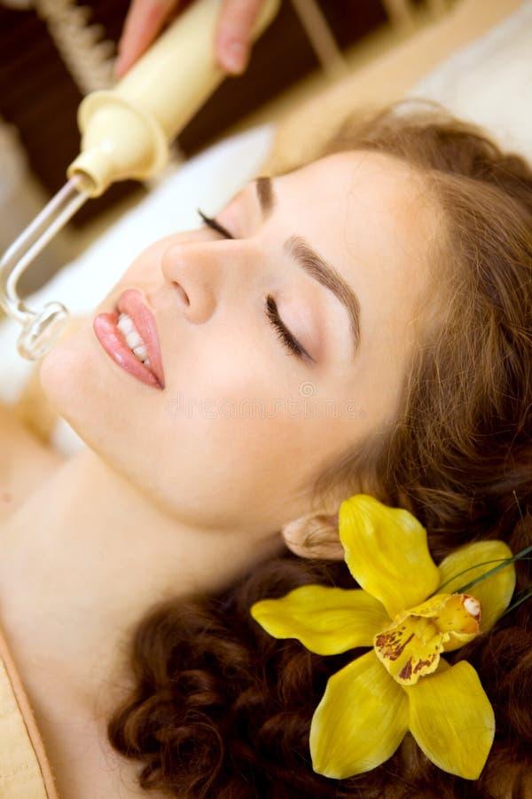 Salón del balneario: Mujer joven hermosa que tiene masaje imagen de archivo