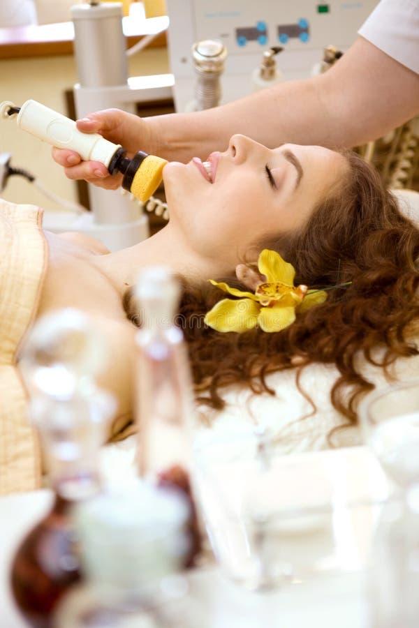 Salón del balneario: Mujer joven hermosa que tiene masaje fotos de archivo libres de regalías