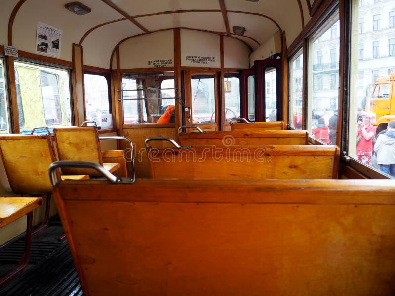 Salón del tren del vintage dentro Bancos de madera viejos en el tren en el interior fotos de archivo libres de regalías