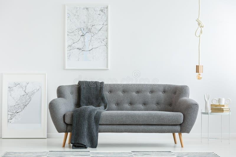 Salón gris con la manta imagen de archivo