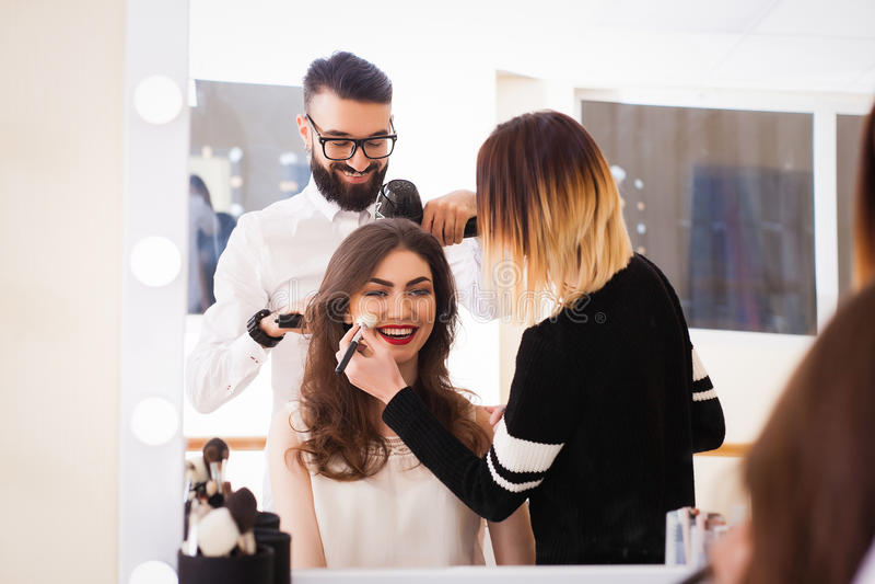 Salón, maquillaje y el diseñar de belleza en el salón, los peluqueros y el artista de maquillaje, foto de archivo