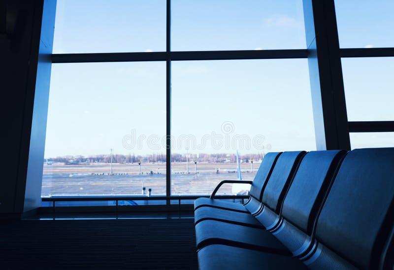 Salón moderno de la salida en el aeropuerto imágenes de archivo libres de regalías