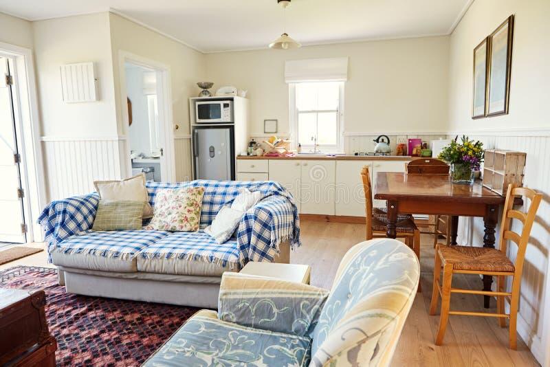 Salón y cocina en un pequeño hogar del país imagen de archivo libre de regalías