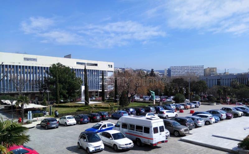 Salónica, Grecia - 5 de marzo de 2019: Campus de la universidad de Aristóteles, vista de Scienc económico/político de los edifici fotos de archivo
