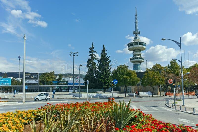 SALÓNICA, GRECIA - 30 DE SEPTIEMBRE DE 2017: Torre y flores de OTE en frente en la ciudad de Salónica, Grecia imágenes de archivo libres de regalías