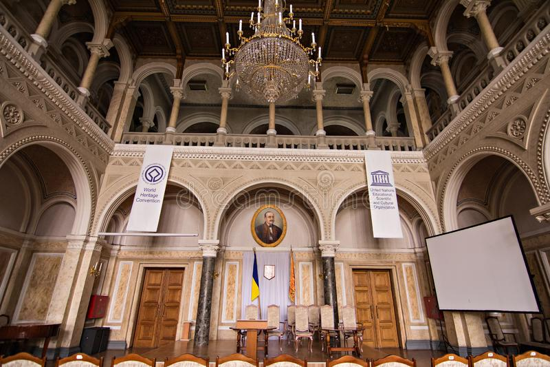 Salões internos na construção histórica bonita da universidade do nacional de Chernivtsi imagens de stock royalty free