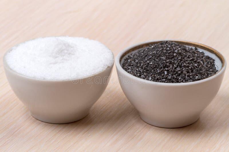 Sal blanca y negra de la comida de la piedra fotos de archivo