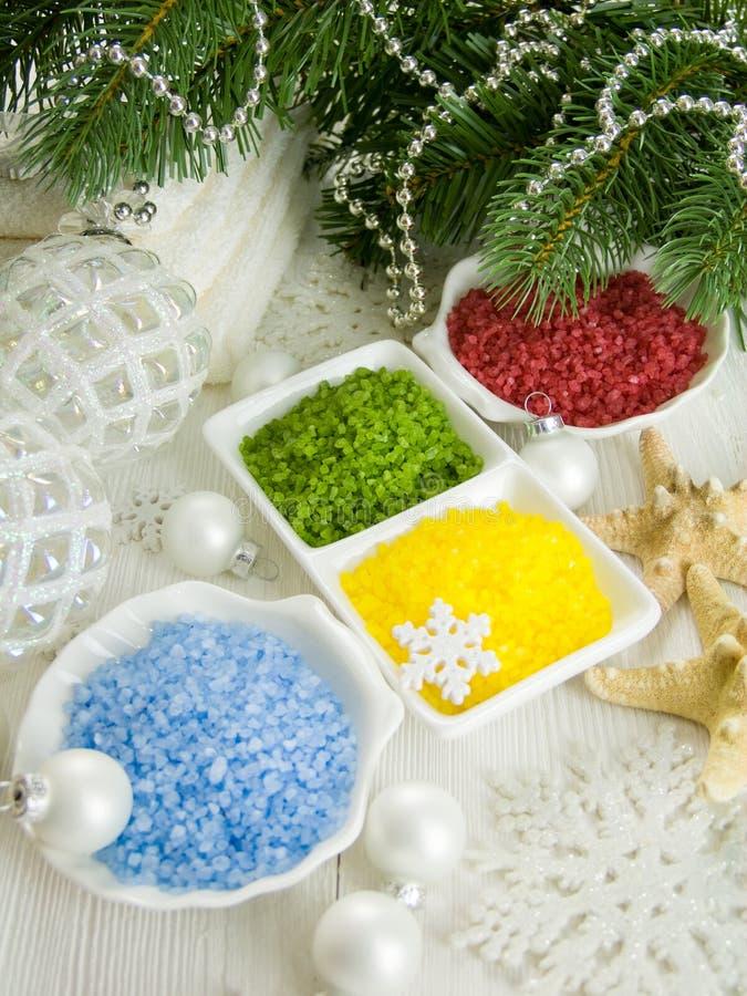 Sal coloreada del mar, sistema del balneario rodeado por las decoraciones de la Navidad imagen de archivo