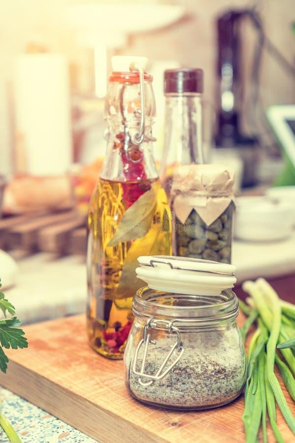 Sal com especiarias, alcaparra no frasco de vidro, foto de stock royalty free