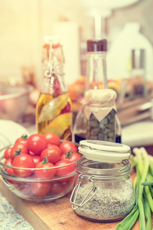 Sal com especiarias, alcaparra no frasco de vidro, tomates imagem de stock royalty free