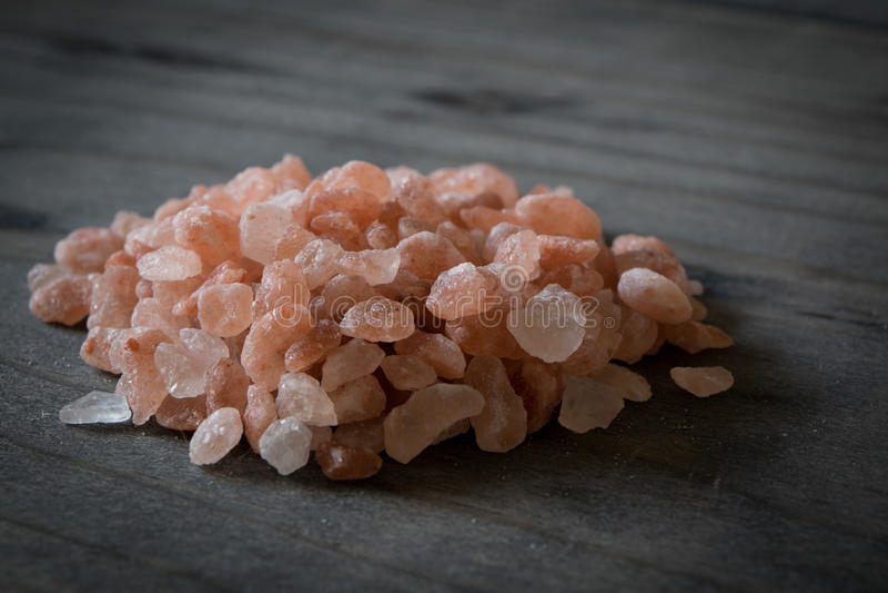 Sal cor-de-rosa do mar de Himalaya na tabela de madeira foto de stock royalty free