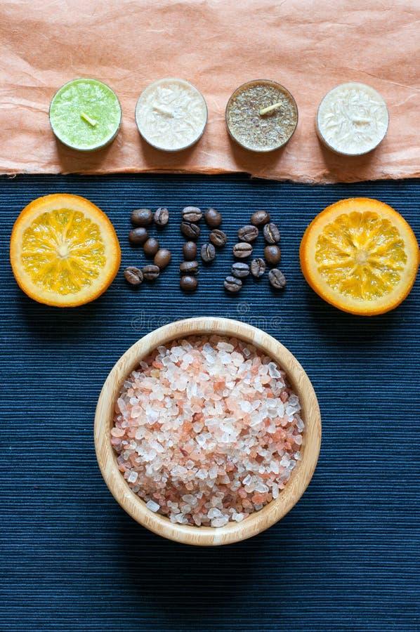 Sal de baño, naranja, velas del aroma, inscripción del BALNEARIO foto de archivo