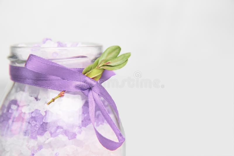 Sal de banho com extrato da alfazema Sal do mar de Lavander em um frasco de vidro Cosméticos naturais orgânicos foto de stock royalty free