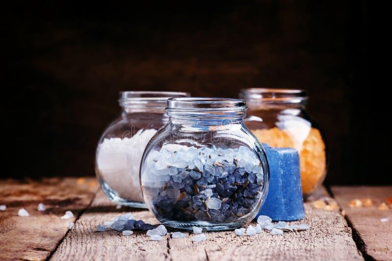 Sal de banho da alfazema e sabão natural, conceito dos termas, vintage de madeira foto de stock