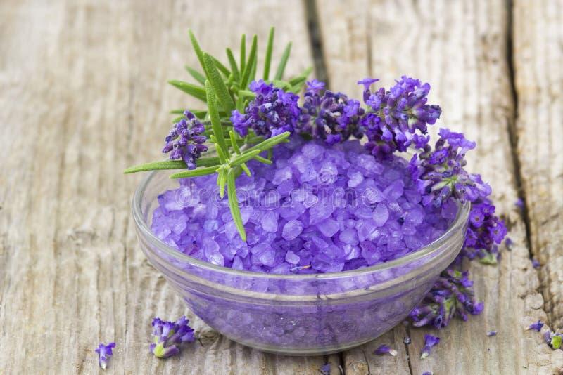 Sal de banho, flores da alfazema e alecrins fotografia de stock