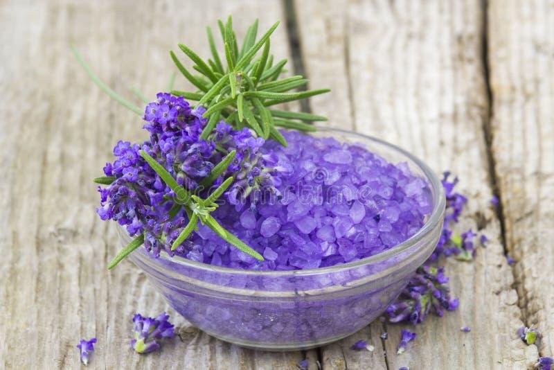 Sal de banho, flores da alfazema e alecrins fotos de stock