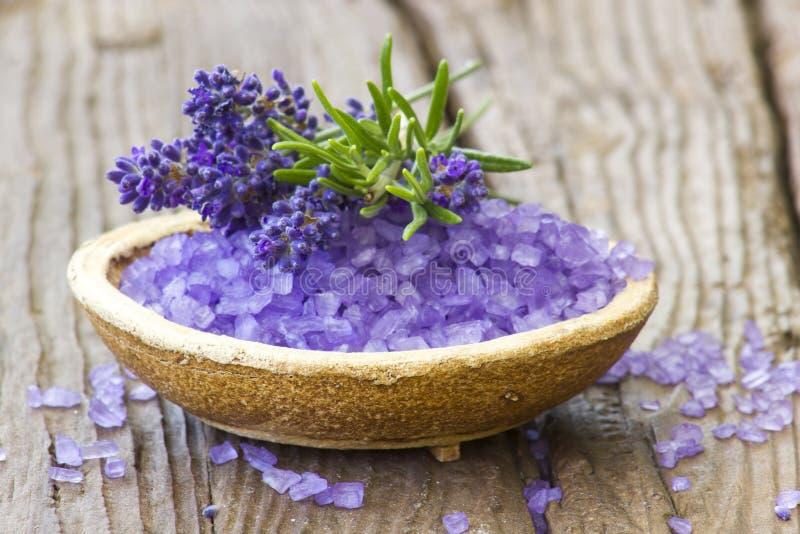 Sal de banho, flores da alfazema e alecrins foto de stock royalty free