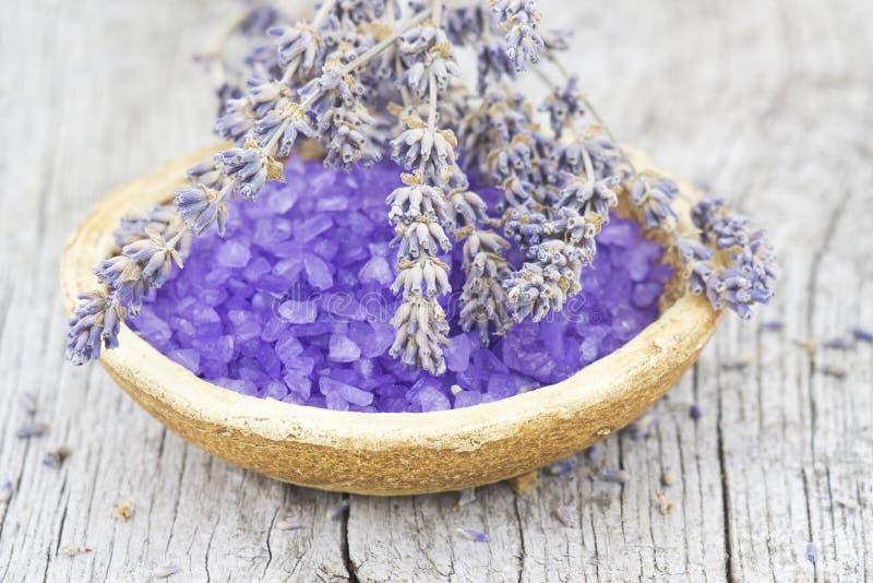 Sal de banho para a alfazema aromatherapy e secada fotografia de stock royalty free