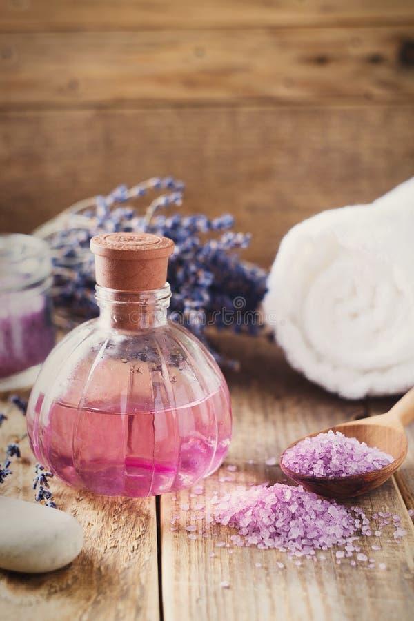 Sal de Lavander com os produtos naturais dos termas e decoração para o banho foto de stock royalty free