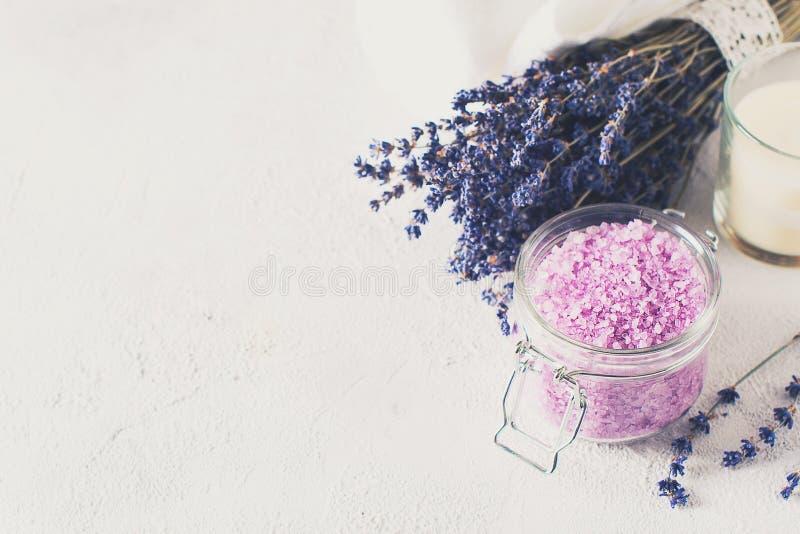 Sal de Lavander com os produtos naturais dos termas e decoração para o banho foto de stock