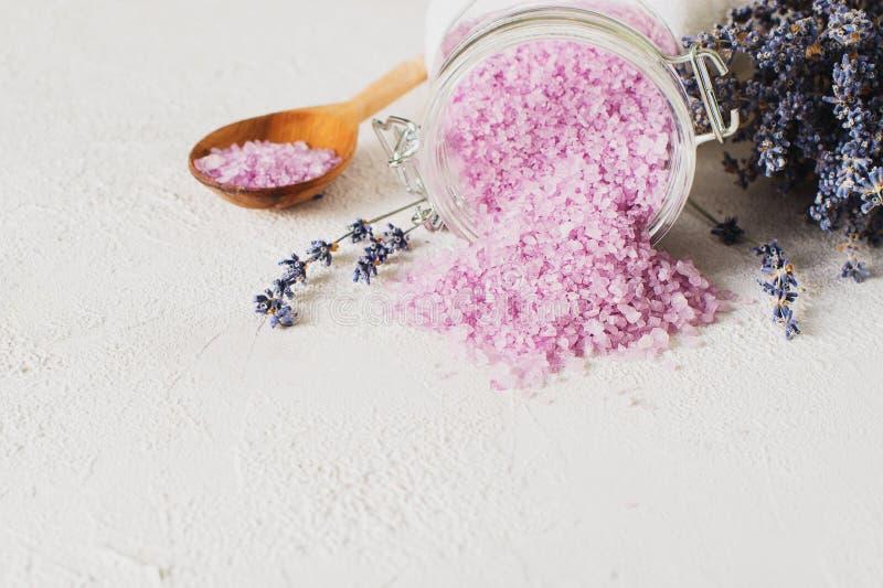 Sal de Lavander com os produtos naturais dos termas e decoração para o banho fotos de stock royalty free