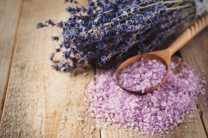 Sal de Lavander com os produtos naturais dos termas e decoração para o banho fotografia de stock