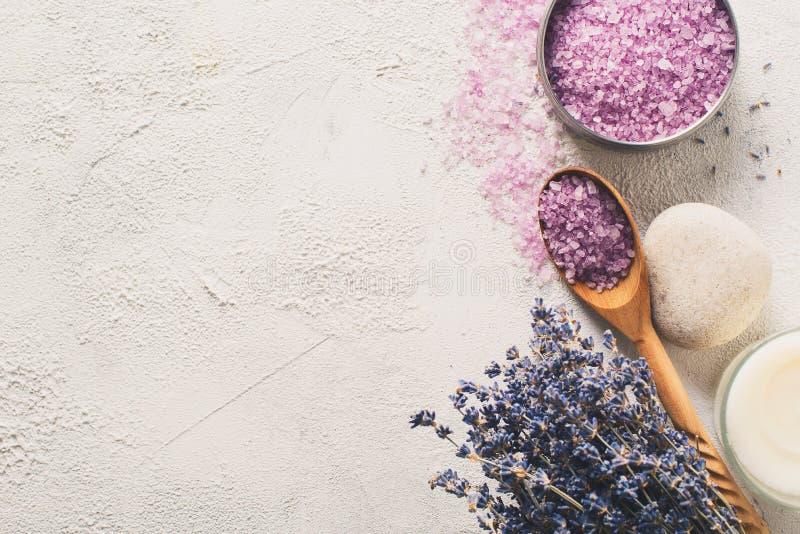 Sal de Lavander com os produtos naturais dos termas e decoração para o banho imagens de stock