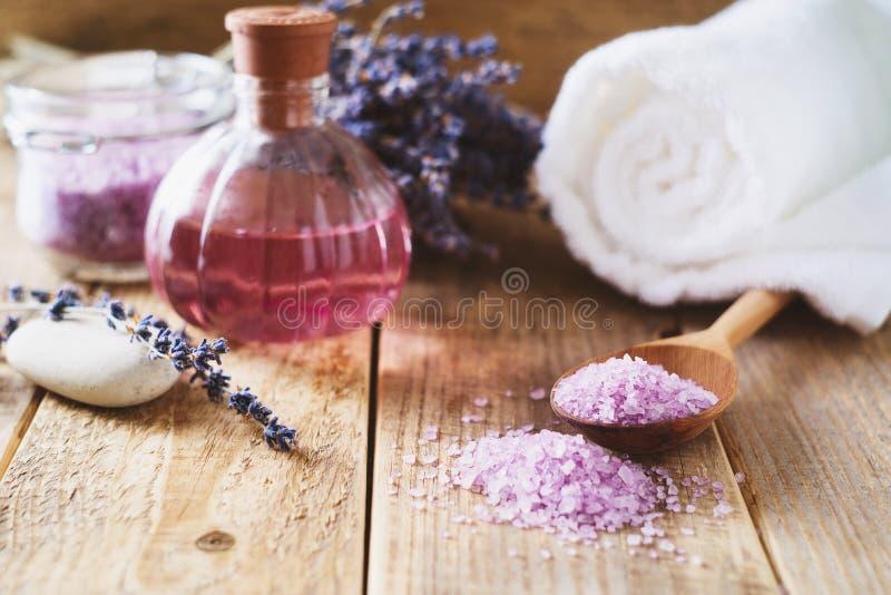 Sal de Lavander com os produtos naturais dos termas e decoração para o banho fotografia de stock royalty free
