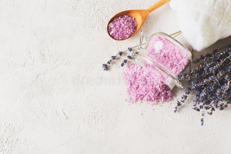 Sal de Lavander com os produtos naturais dos termas e decoração para o banho imagem de stock