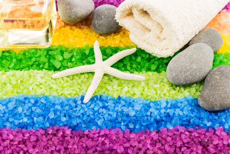 Sal do mar com shell, pedras, óleo do aroma e toalha de banho fotos de stock royalty free