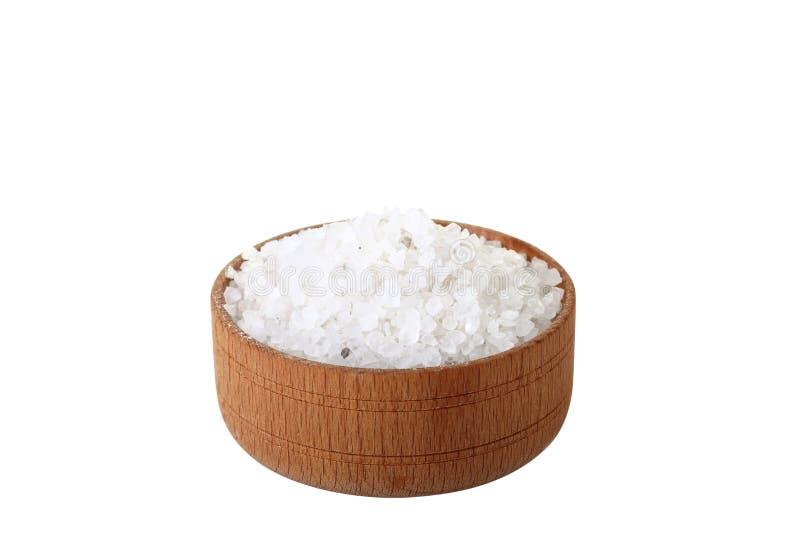 Sal do mar em uma bacia de madeira foto de stock