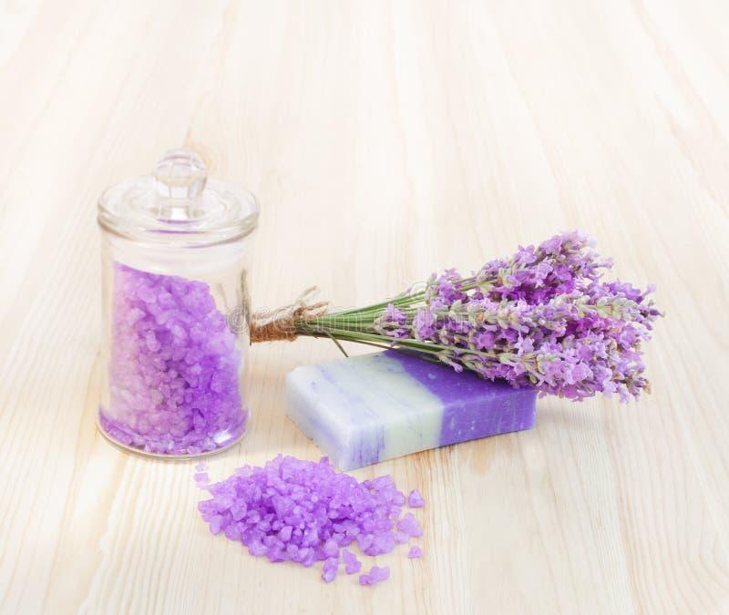 Sal e sabão de banho da alfazema foto de stock royalty free