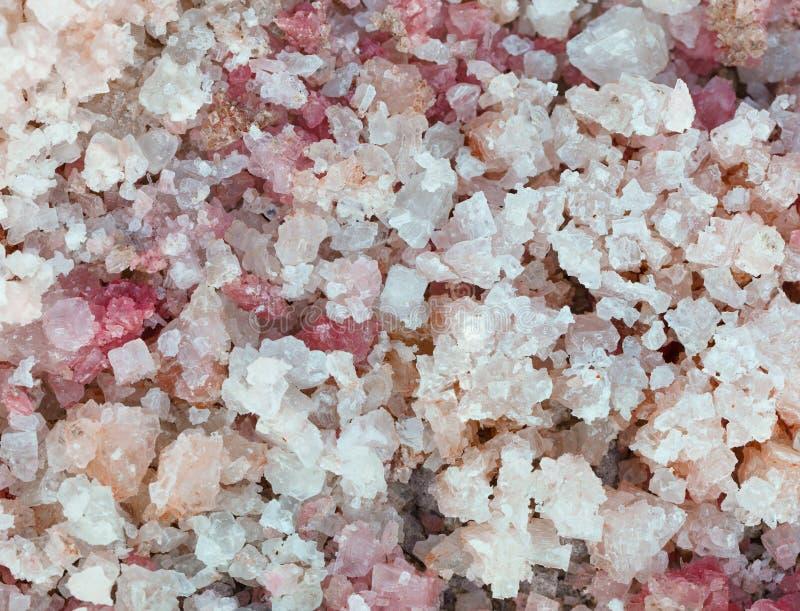 Sal natural com close-up cor-de-rosa dos cristais imagem de stock