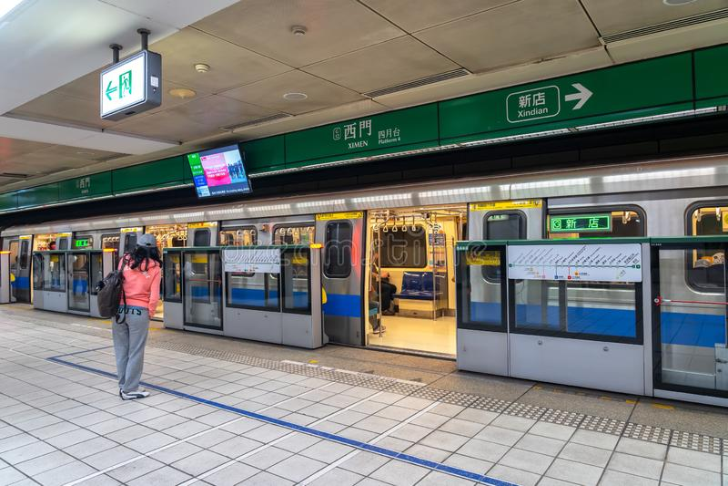 Sal?o e plataforma de esta??o do metro de Taipei fotos de stock