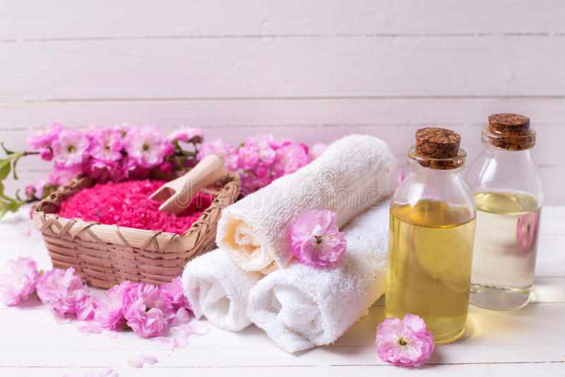 Sal rosada del mar en cuenco, toallas, botellas con aceites del aroma y el pi fotografía de archivo libre de regalías