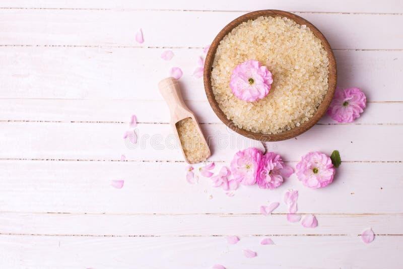 Sal rosada del mar en cuenco y flores rosadas foto de archivo libre de regalías
