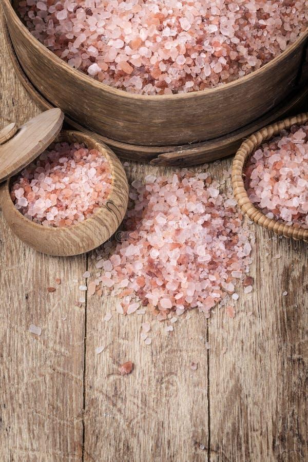 Sal rosada Himalayan en de madera fotografía de archivo libre de regalías