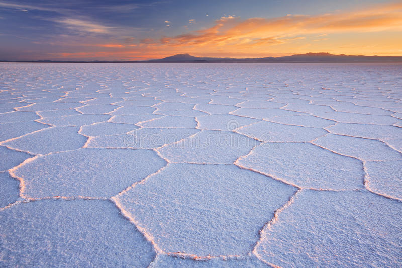Sal Salar de Uyuni liso em Bolívia no nascer do sol fotografia de stock